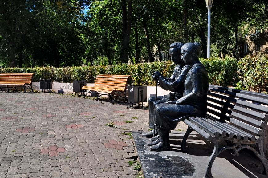 24. Отличная скульптура в сквере Металлургов. Когда-то из него хотели сделать местный «Арбат», но хорошо, что одумались. Сквер остался парковой зоной с озеленением и без торговых точек.