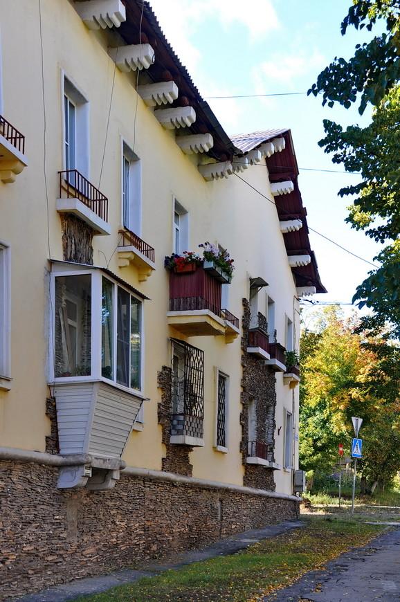 34. Здания здесь строили пленные немцы и оформлены они в соответствующем стиле.