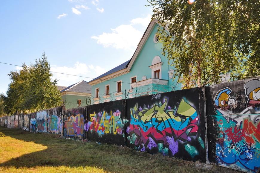 37. Неприглядный забор на окраине города много лет назад отдали художникам граффити. Каждая такая плита забора уже много раз сменила «полотно».