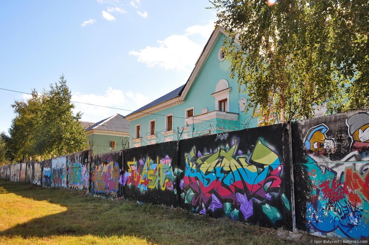 37. Неприглядный забор на окраине города много лет назад отдали художникам граффити. Каждая такая плита забора уже много раз сменила «полотно»., Магнитогорск