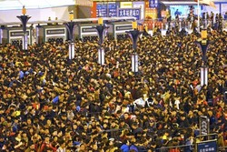 На вокзале Гуанчжоу из-за отмены поездов скопилось более 100 тысяч человек