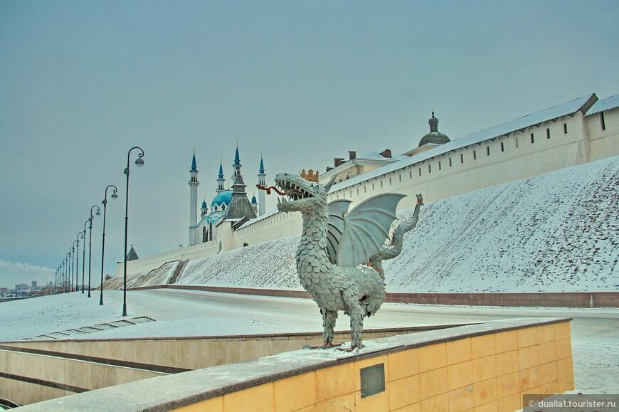 У белокаменных кремлевских стен нас встречает крылатый змей Зилант – символ и хранитель Казани.