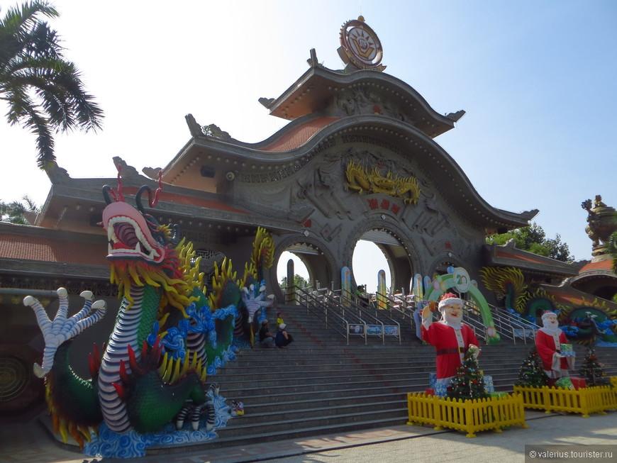 Главные ворота. вход в парк 90000 донг, около 300рублей, а все аттракционы нужно оплачивать отдельно