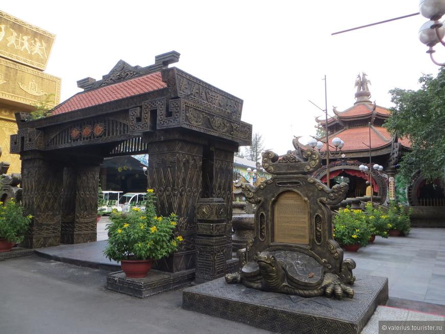 одна из настоящих действующих пагод-храмов