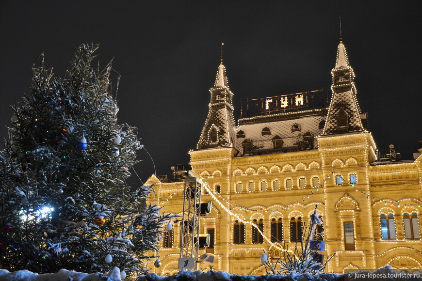 Фасад ГУМа усыпан снежком,висят елочные игрушки...красота!