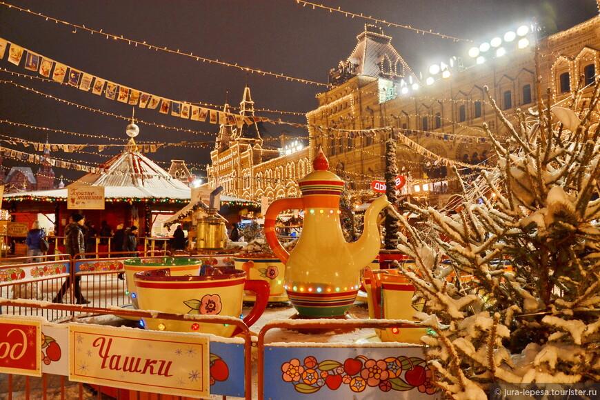 На правах развлечения представлены несколько каруселей и сцена для праздничных развлечений, а также ГУМ-Каток, примыкающий к ярмарке со стороны Исторического музея.