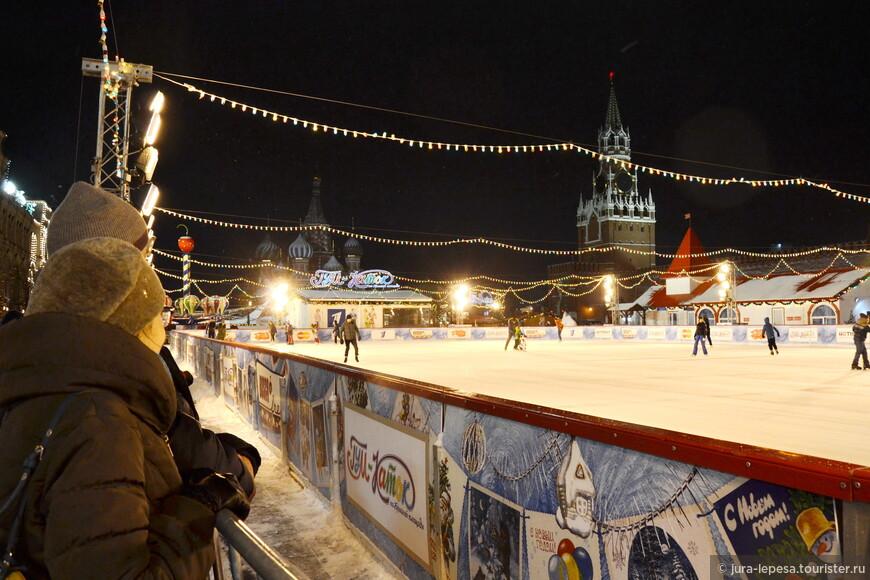 ГУМ-Каток открыт каждый день с 29 ноября по 29 февраля включительно.Он вмещает не более 450 человек за один сеанс.