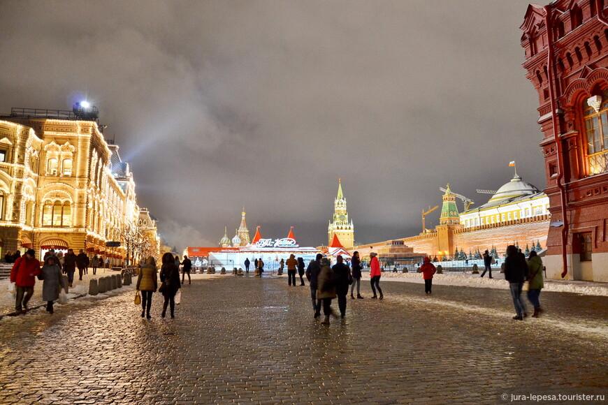Вот такая необычная для этой поры года проходит ярмарка на Красной площади.Так что приходите  москвичи и гости города,кто встречал Рождество в Европе, еще есть время встретить его центре Москвы.