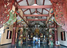Храм Золотого Будды - один из самых важных и красивых религиозных достопримечательностей города. Он тоже построен в 2002 году.