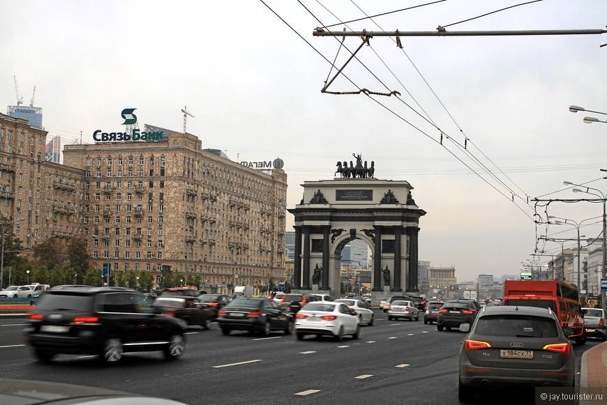 Триумфальной арка, созданная в 1834 году в честь победы над Наполеоном по проекту архитектора О. Бове, до 1936 года стояла у Тверской заставы. В 1936 году ее не разобрали. В 1968 году ее восстановили из сохранившихся деталей и установили на Кутузовском проспекте рядом со зданием Бородинской панорамы.