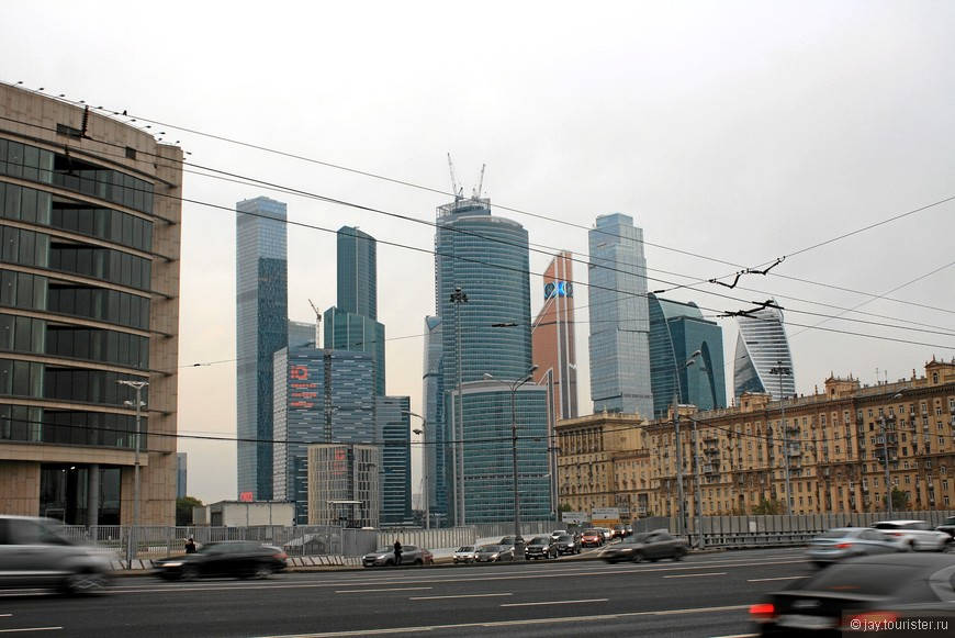 На фоне небоскребов сталинские постройки теряются.