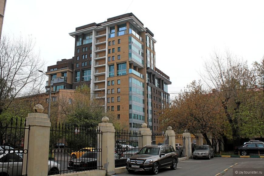 За фасадами сталинских домов прячутся современные постройки. Тоже монументальные.