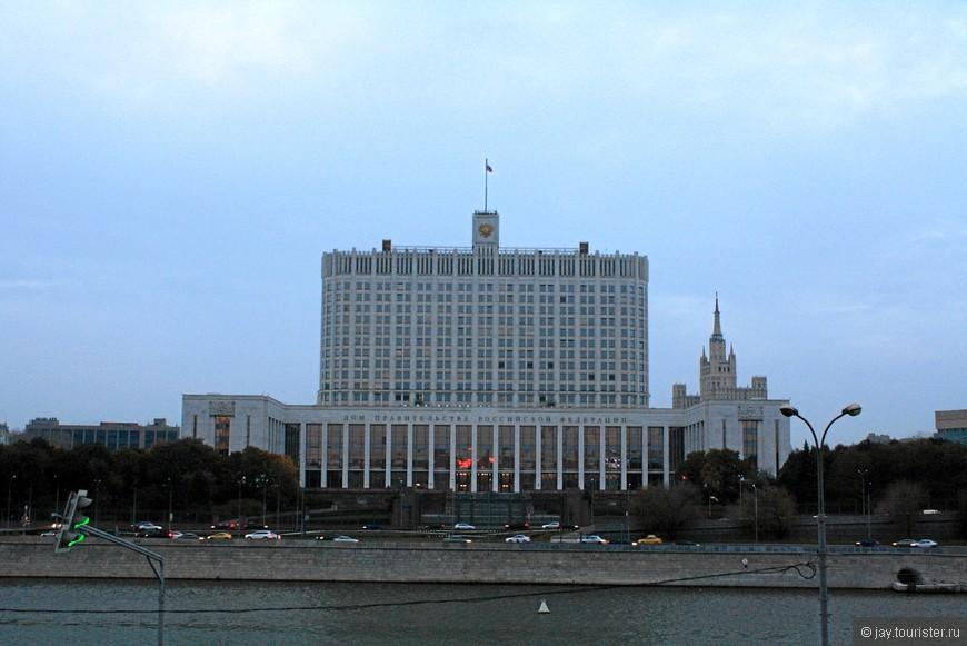 Дом Правительства РФ.  Вид с  Новоарбатского моста. Именно с этого моста в 1993 году по Белому дому стреляли танки.