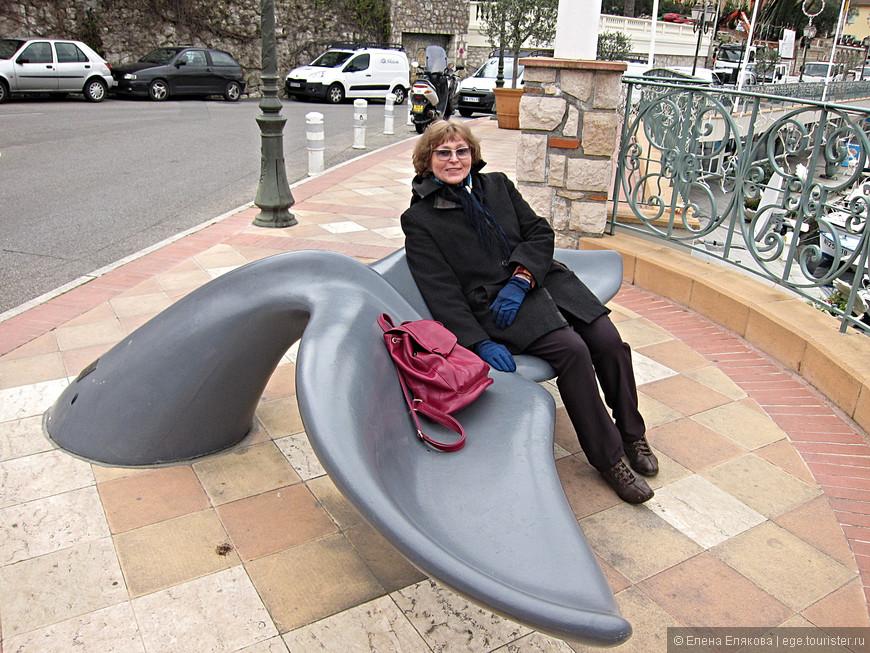 Скамейки-киты на набережной