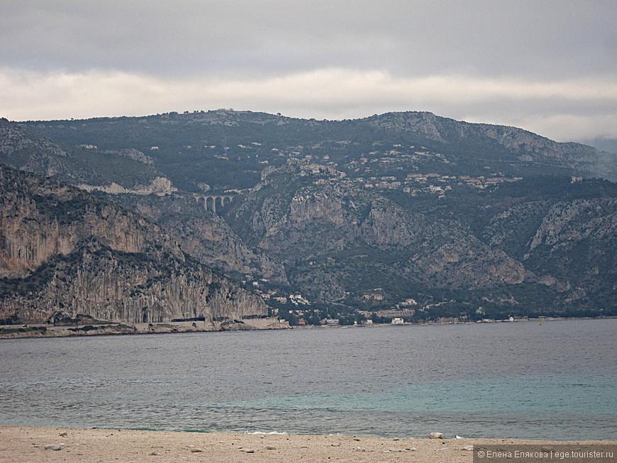 Последний раз сняли уже с пляжа противоположный берег с мостом и  горой, где находится деревня Эз.