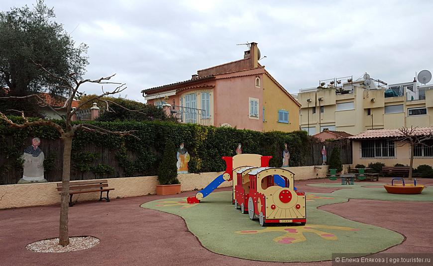 По пути нам встретился симпатичный детский сад.
