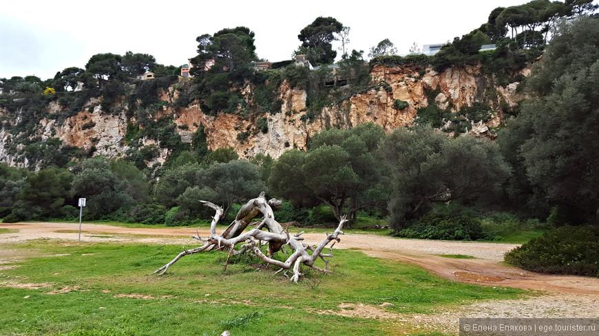 Тропа Карьер, сверху за деревьями прячутся фешенебельные виллы.