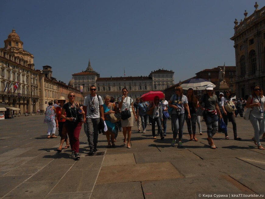 Гости в Турине во время показа Св. Плащаницы, апрель – июнь 2015 года. Королевский Дворец, Площадь Кастелло.