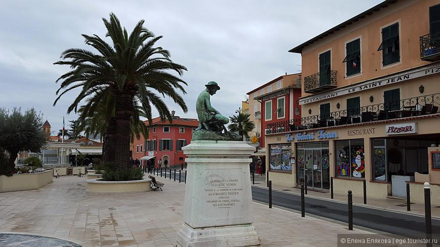 """Памятник называется """"Грешник в виде ястреба"""" Клода Виньона, подарен городу Морисом Рувье, который дважды был премьер-министром Франции (1887 и 1905-06 гг.), и именем которого назван променад, по которому мы позже пойдем в Больё-сюр-Мер."""