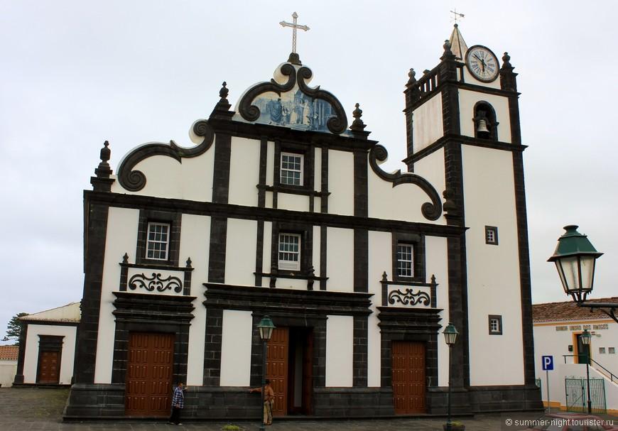 В каждом городке на острове есть церковь в черно-белом стиле.