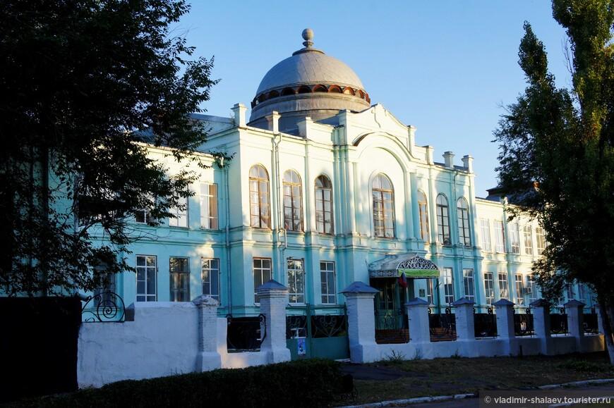 Здание бывшего реального училища считается главной городской достопримечательностью (1911 г.)  Сейчас здесь размещается педагогическое училище..