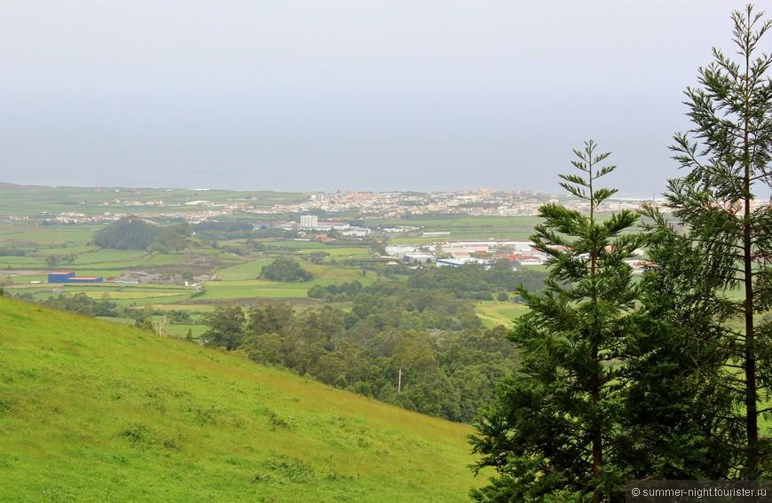 Вдалеке, на берегу, городок Рибейра Гранде.
