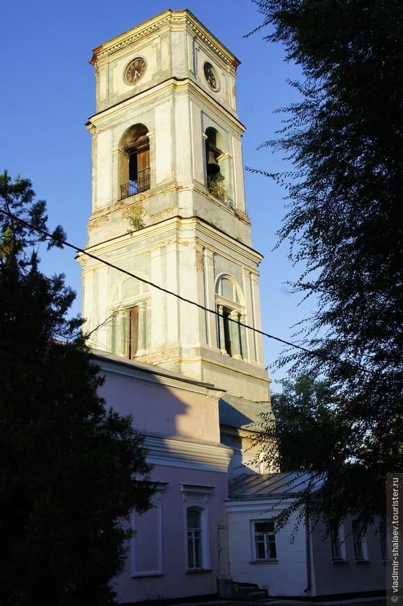 В 1799 г. была пристроена 30-метровая колокольня. На ней висели, привезённые из Азова колокола. Часы на колокольне появились в 1860-х гг.