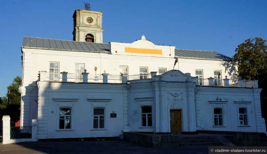 Здание бывшего Петропавловского собора (1780 - 1786 гг.). Был построен на месте огромного деревянного собора, сгоревшего из-за взрыва порохового склада. А ещё раньше здесь был построен деревянный храм, рухнувший спустя 11 лет из-за слишком больших размеров.