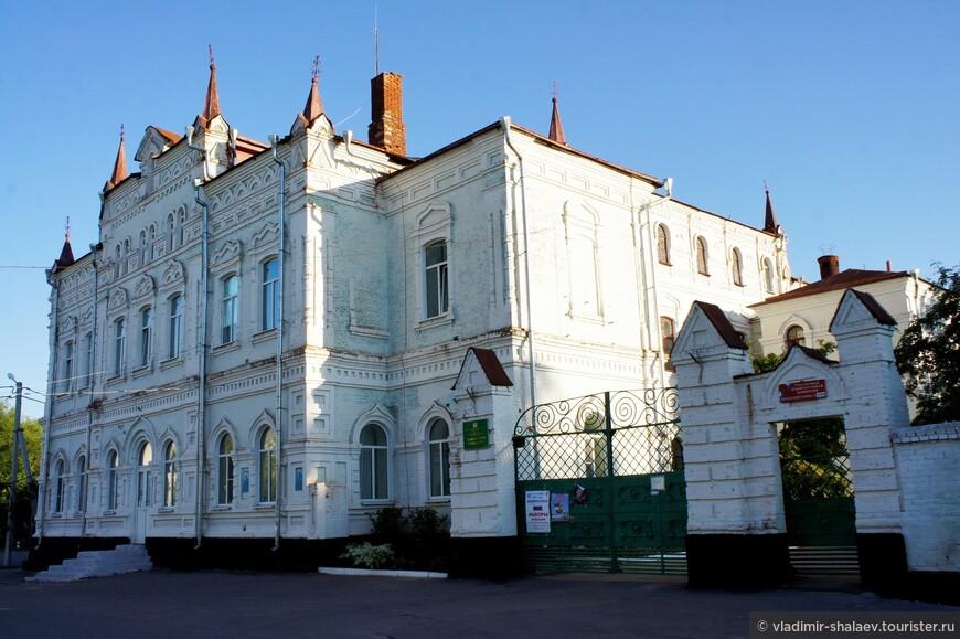 Здание бывшего духовного училища (построено в 1896 году)..