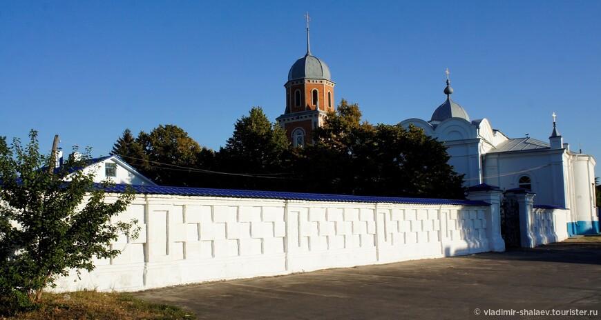 Покровская церковь. Церковь Покрова Пресвятой Богородицы построена в 1783 г. в стиле барокко. В 1859 году храм перестраивался, получив облик в русском стиле.