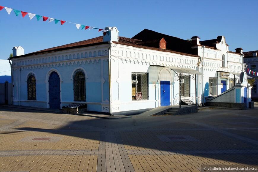 На проспекте Революции несколько сохранившихся купеческих домов XVIII-XIX веков, наиболее примечательное здание бывшего магазина купца Зайцева.