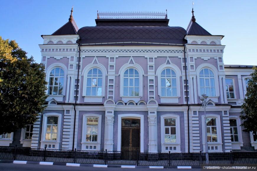 Здание бывшей Ольгинской гимназии. Построена в 1898 году для основанной в 1874 г. гимназии, названной в честь принцессы Ольги Ольденбургской, сестры императора Николая II. Сечас здесь располагается Павловская гимназия.
