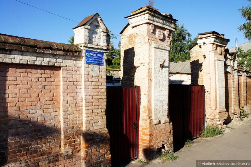 Вот таких ворот несколько вдоль проспекта Революции. Ворота не сохранились, остались только кирпичные столбы.