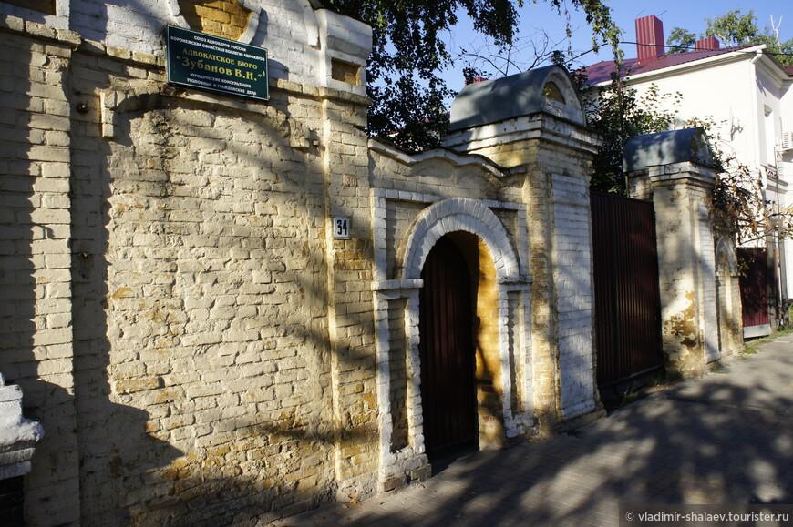 Ещё одни старинные ворота.
