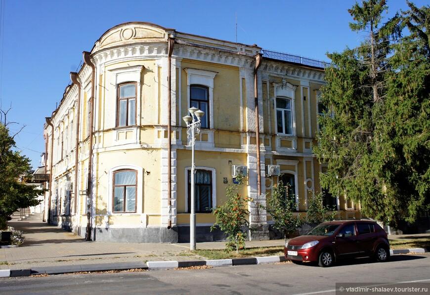Купеческий особняк на пересечении проспекта Революции и улицы Готвальда.