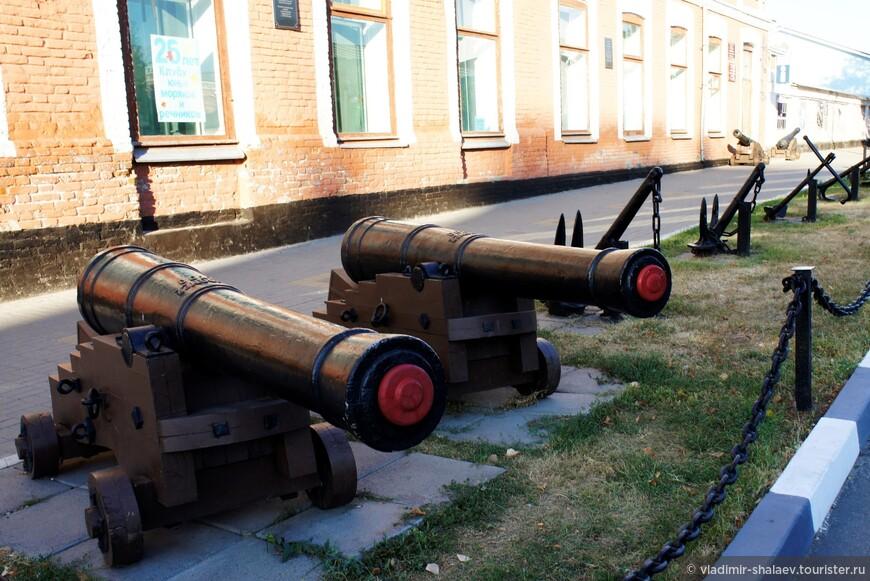 Корабельные орудия возле музея.