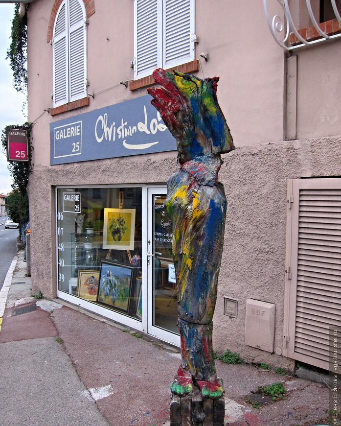 и художественный магазин рядом с автобусной остановкой.