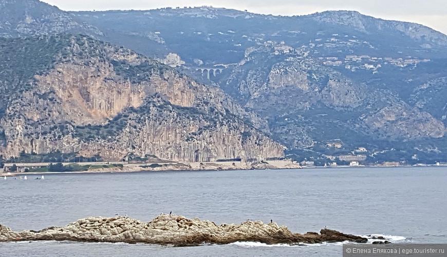 Противоположный берег, где виден мост и гора деревни Эз.