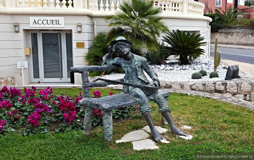 Скульптура перед Ротондой