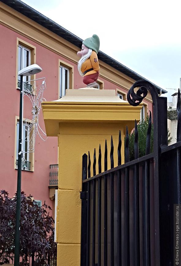Украшение ворот  гномами