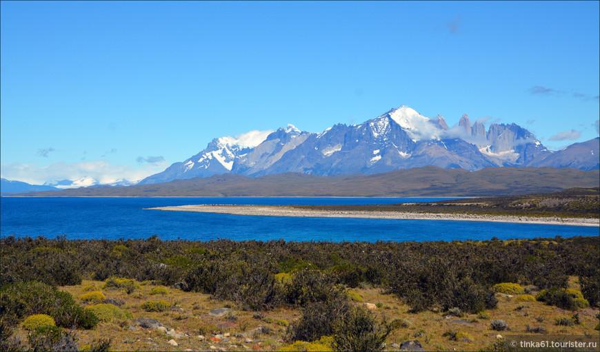 Вид на горный массив Торрес-дель-Пайне издалека.