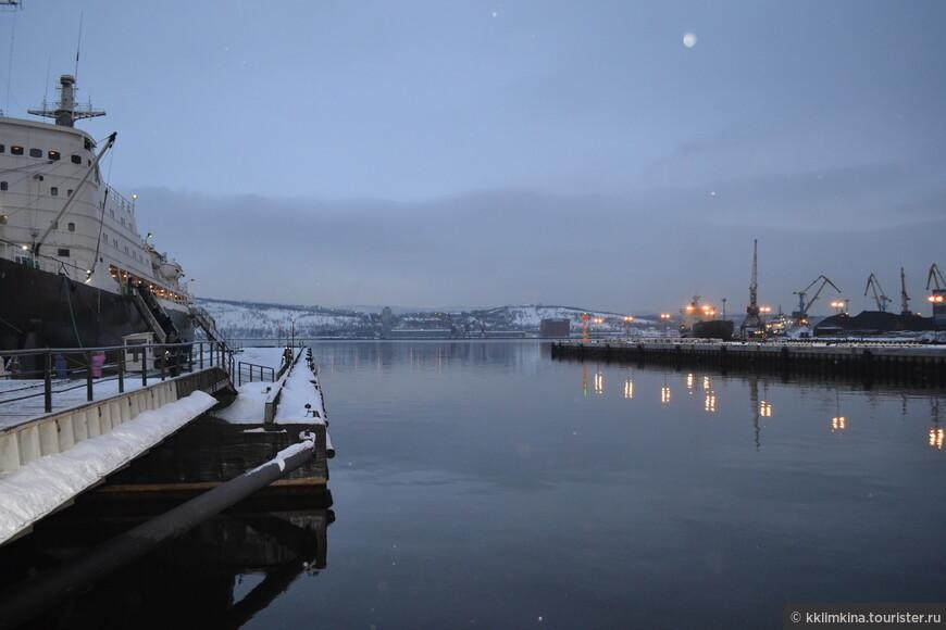 И рядом порт....такая суровая морская северная красота.