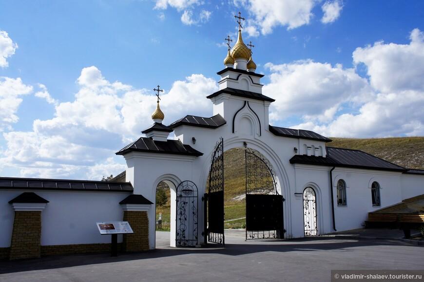 Я подъехал к воротам Спасского монастыря.