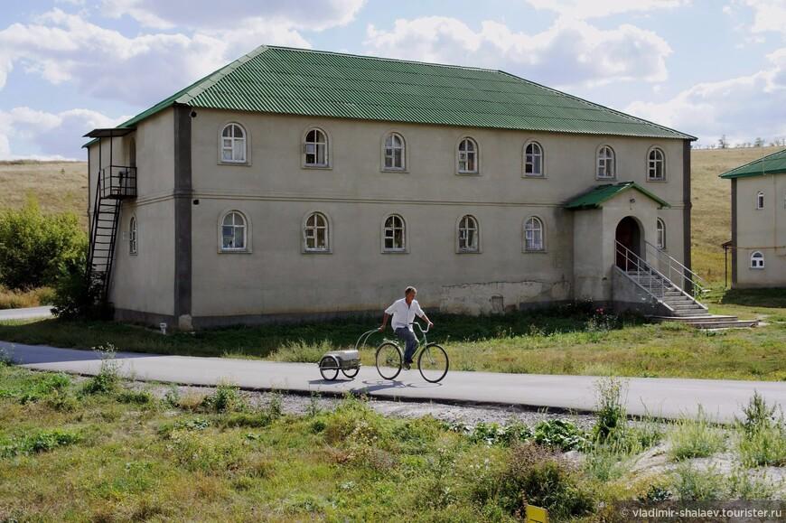 А с левой стороны монастырская гостиница.