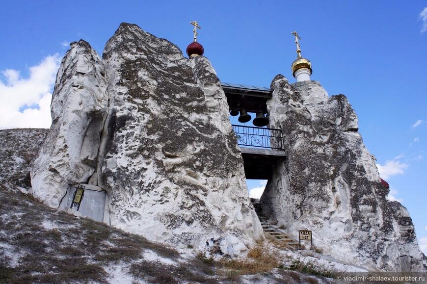 Здесь, в пещерном Спасском храме, проходят службы летом. Это самое древнее сооружение монастыря.