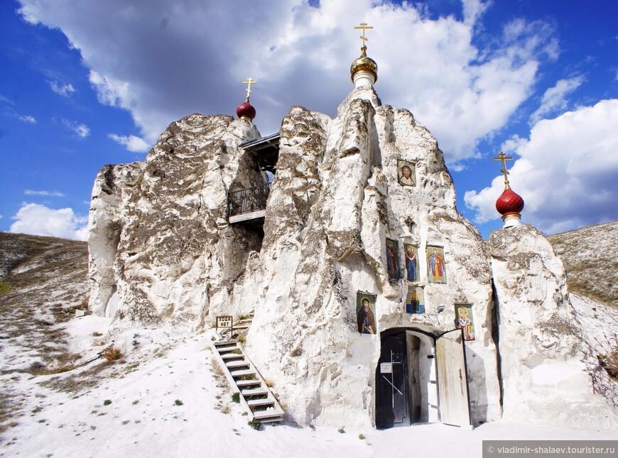 Храм выглядит очень живописно.