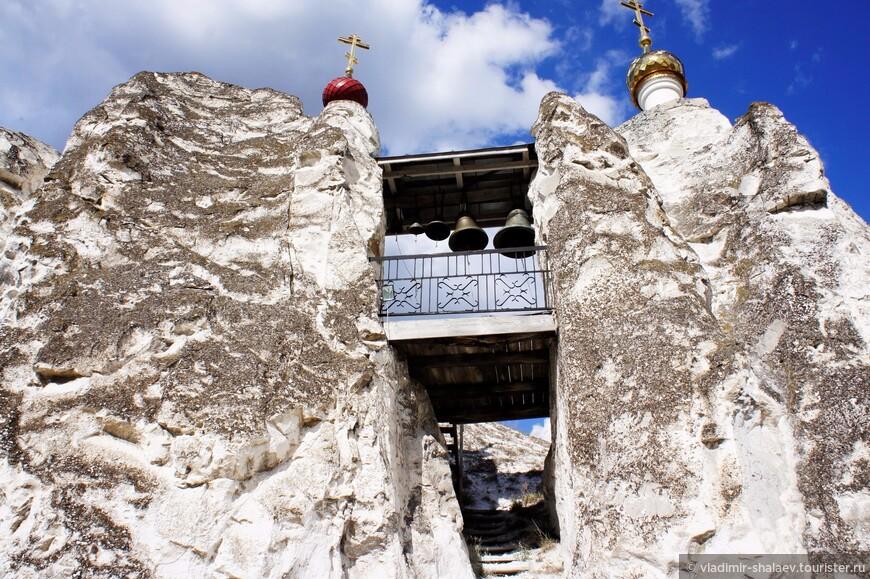 Вход в него расположен у основания двух меловых скал, соединённых между собой небольшой звонницей. Температура и влажность в пещерах постоянны круглый год. Зимой пещерный храм тоже открыт, а на Рождество и Крещение там ещё и служат.