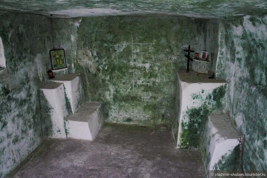 """Переходим к осмотру т.н. """"затворов"""". Это кельи для монахов-отшельников, которые вели затворническую жизнь, общаясь с паломниками и другими монахами только через небольшие окна - чтобы взять пищу и записки с просьбами помолиться."""