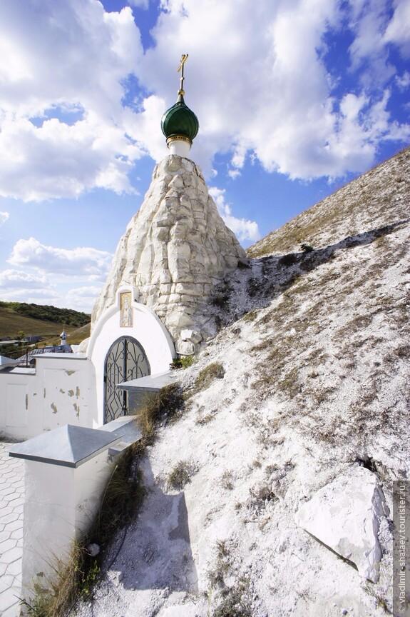 Далее тропа ведёт к храму Серафима Соровского.