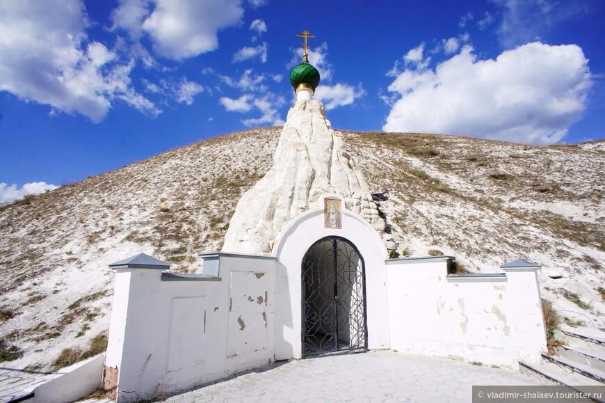 Пещерный храм во имя преподобного Серафима Саровского. Строительство начато в 1903 году, но полностью завершено только недавно.